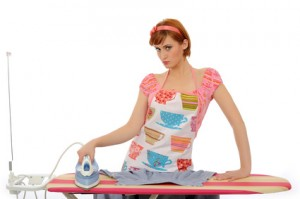 Frau bügeln